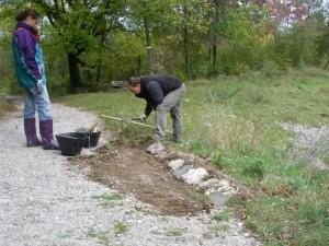 Sistemazione del bordo della carrareccia con pietre e ghiaia